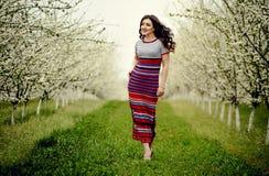 för flickaillustration för 10 eps vektor för fjäder Härlig modell med blommakransen på hennes huvud Stäng sig upp ståenden av den Royaltyfri Fotografi