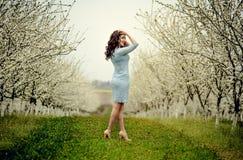 för flickaillustration för 10 eps vektor för fjäder Härlig modell med blommakransen på hennes huvud Stäng sig upp ståenden av den Arkivfoton