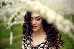 för flickaillustration för 10 eps vektor för fjäder Härlig modell med blommakransen på hennes huvud Stäng sig upp ståenden av den Royaltyfri Bild