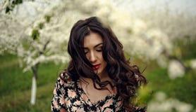 för flickaillustration för 10 eps vektor för fjäder Härlig modell med blommakransen på hennes huvud Stäng sig upp ståenden av den Royaltyfria Bilder