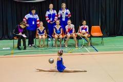 För flickakonkurrenter för rytmisk gymnastik boll royaltyfri fotografi