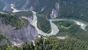 För Flims Schweiz för dalflodsikt antenn 4k landskap arkivfilmer