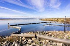 För flodkontroll för öppet vatten port, Alviso, San Jose, södra San Francisco Bay, Kalifornien arkivbilder