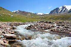 för flodshan för berg tien den norr strömmen Arkivbilder