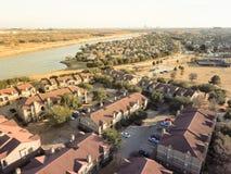 För flodstrandhyreshusar för flyg- sikt komplex i Irving, Tex royaltyfria foton