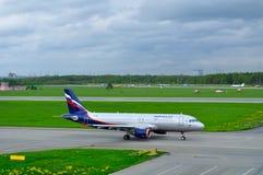 För flygbolagflygbussen A320-214 för VP-BZS Aeroflot flygplanet rider på landningsbanan som förbereder sig för start i den Pulkov Royaltyfri Fotografi