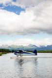 För flygplanponton för enkel stötta som vatten för nivå landar den Alaska sistgränsen arkivbilder