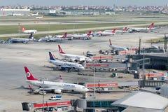För flygplatsnord för LTBA Istanbul Ataturk jordning Arkivbilder