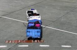 För flygplatsvardagsrum för bagage endast vagn Arkivfoton