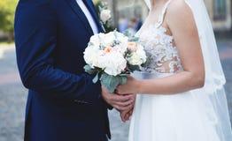 för fokusförgrund för 3 bukett bröllop Den lyckliga bruden och brudgummen är den hållande brud- buketten royaltyfria bilder