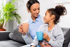 för fokusmoder för dotter dricka tea för punkt Arkivbilder