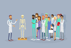 För folkallmäntjänstgörande läkare för medicinska doktorer grupp studie för människokropp för föreläsning skelett- Arkivfoton