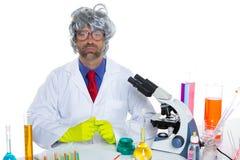 För forskareman för Nerd galet arbete för stående på laboratoriumet royaltyfri bild
