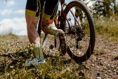 För fotberg för baksida smutsig cyklist royaltyfria foton