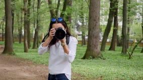 För fotografarbete för den unga kvinnan som processen utomhus skjuter i, parkerar naturen lager videofilmer