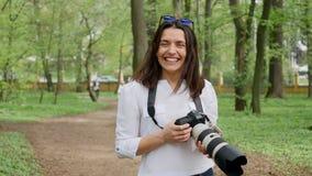 För fotografarbete för den unga kvinnan som processen utomhus skjuter i, parkerar naturen stock video