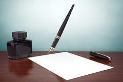 för fotostil för fall gammal town Reservoarpenna med färgpulverflaskan och papper royaltyfria bilder