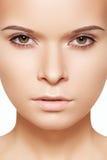 för framsidaflicka för härlig skönhet clean brunnsort för hud för makeup Arkivbilder