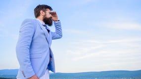 För framsidahimmel för affärsman skäggig bakgrund ändrande kurs Ny affärsriktning Söka efter tillfällen och nytt royaltyfri fotografi