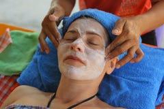 För framsidahuvud för utomhus- strand thai massage royaltyfri fotografi