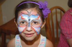 För framsidamålarfärg för ung flicka bärande design för fjäril Royaltyfri Foto