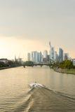 för frankfurt för område finansiella skyskrapor horisont Arkivbilder