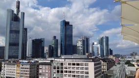 för frankfurt för område finansiella skyskrapor horisont Arkivfoton