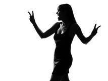 för fredsilhouette för gest skratta kvinna för seger Royaltyfri Bild