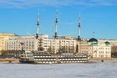 ` För fregatt`-nåd på den Petrovskaya invallningen på en solig Januari dag St Petersburg Royaltyfria Foton