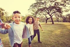 För fritidbarn för kamratskap moderiktigt skämtsamt begrepp för ungar arkivfoto