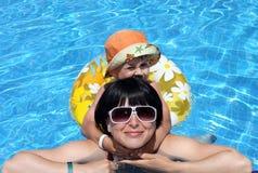 för fritidmom för pojke lycklig simning för pöl Royaltyfria Bilder