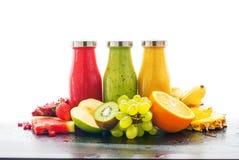 För fruktsaftSmoothie tre för rad sunda nya flaskor royaltyfria bilder