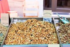 För frutossecos för hantverkare tokiga artesanos För coctelfrutos för coctail till salu tokiga secos Sineu marknad, Majorca Royaltyfri Foto