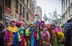 För full fullt folk stadsfärg för färg arkivbild