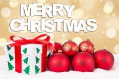 För gåvakort för glad jul garnering med gåvor och guld- backg Arkivbilder