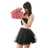 för gåvakvinna för svart klänning elegantt barn royaltyfri foto