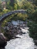 För gammal skotsk bro packhäststen för bygd Royaltyfria Bilder