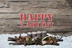 För garneringadvent för glad jul englisch 3rd för meddelande för text för snö för bakgrund för brinnande stearinljus för grå färg Royaltyfria Foton