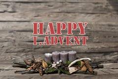 För garneringadvent för glad jul undersöker brinnande grå färger suddigt engelska 1st för bakgrundstextmeddelandet Arkivbilder