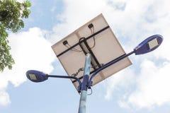 För gatalampa för sol- energi stolpar på de blåa himlarna Arkivbild