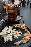 För gatamat för traditionell kines kokkonst i det shanghai porslinet royaltyfri foto