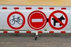 ` För gatatecken ingen cykla `, ` ingen tillträdes`, ` ingen hundkapplöpning`, Arkivfoto