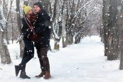 För gatavinter för par förälskad snö Royaltyfri Bild