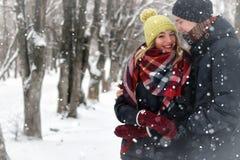 För gatavinter för par förälskad snö Arkivfoto
