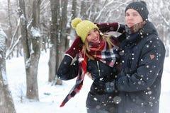 För gatavinter för par förälskad snö Arkivbilder