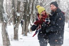 För gatavinter för par förälskad snö Arkivfoton