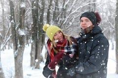 För gatavinter för par förälskad snö Royaltyfria Foton