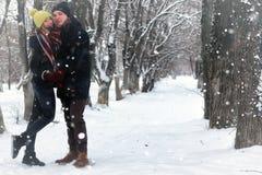 För gatavinter för par förälskad snö Fotografering för Bildbyråer