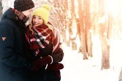 För gatavinter för par förälskad sol Royaltyfri Foto