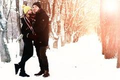 För gatavinter för par förälskad sol Arkivfoton